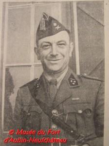 Le Capitaine-Commandant D'Ardenne devant le Mess Officiers du casernement de temps de paix durant la Mobilisation.
