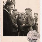 Le Cdt D'Ardenne salue quelques uns de ses anciens soldats - Visé 1945 (Au 1er plan, le Sdt Baumsteiger)