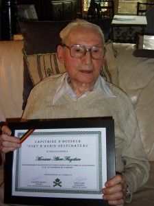 """Le 11 octobre 2014, Albert reçoit un diplôme de """"Capitaine d'Honneur"""", en témoignage de profond respect et de vif remerciement pour les services rendus au Pays."""